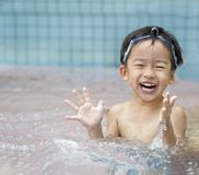 Miúdo feliz na água Fotografia de Stock Royalty Free