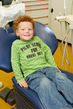 Miúdo feliz no dentista imagens de stock