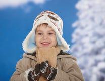 Miúdo feliz no inverno Fotografia de Stock