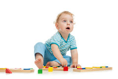 Miúdo feliz que joga brinquedos Fotografia de Stock