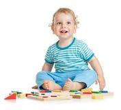Miúdo feliz que joga brinquedos Fotografia de Stock Royalty Free
