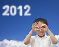 Miúdo feliz que presta atenção à nuvem 2012 Fotografia de Stock