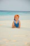 Miúdo feliz que rasteja na praia Fotografia de Stock Royalty Free
