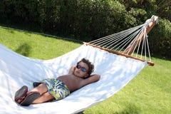 Miúdo fresco - Hammock de relaxamento fotos de stock