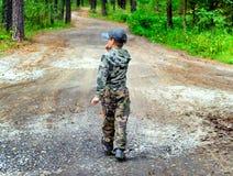 Miúdo na floresta Fotografia de Stock