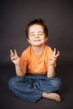 Miúdo na meditação Fotos de Stock Royalty Free