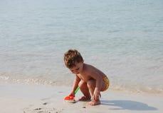 Miúdo na praia Foto de Stock Royalty Free