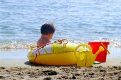 Miúdo na praia Foto de Stock