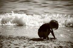 Miúdo na praia Fotos de Stock