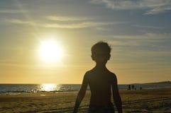 Miúdo na praia Fotografia de Stock Royalty Free