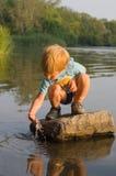 Miúdo no rio fotografia de stock