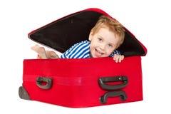 Miúdo no terno de marinheiro que olha para fora a mala de viagem Fotos de Stock