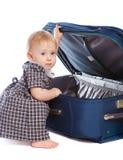 Miúdo que abre uma mala de viagem Foto de Stock Royalty Free