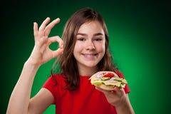 Miúdo que come sanduíches saudáveis Imagens de Stock Royalty Free