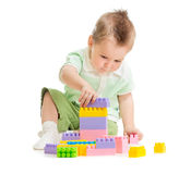 Miúdo que joga blocos de apartamentos coloridos do brinquedo Fotos de Stock Royalty Free