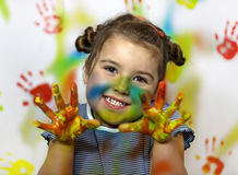 Miúdo que joga com pintura Fotografia de Stock