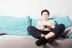 Miúdo que joga o jogo video fotografia de stock royalty free