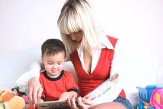 Miúdo que lê um livro Foto de Stock Royalty Free