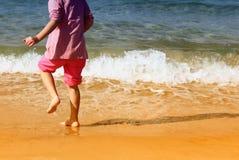 Miúdo que palying no mar Foto de Stock Royalty Free
