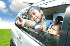 Miúdos asiáticos em uma viagem por estrada Imagens de Stock