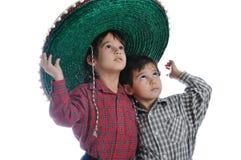 Miúdos bonitos com chapéu mexicano imagens de stock royalty free