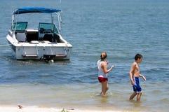 Miúdos com barco Fotografia de Stock Royalty Free