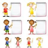 Miúdos com blocos de notas dos lápis Fotografia de Stock
