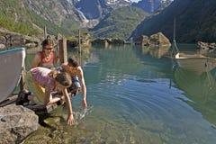 Miúdos com a matriz no lago Foto de Stock Royalty Free