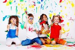 Miúdos com pincéis Foto de Stock Royalty Free