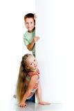 Miúdos com placa branca Fotos de Stock