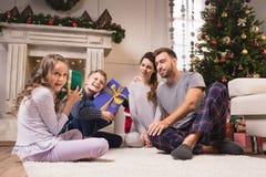 Miúdos com presentes de Natal Foto de Stock