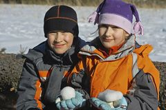 Miúdos com snowballs Foto de Stock Royalty Free