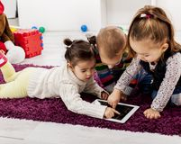 Miúdos com tabuleta Foto de Stock