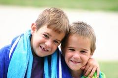 Miúdos com toalhas de praia Fotos de Stock Royalty Free