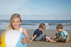 Miúdos da praia. foto de stock royalty free