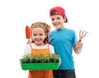 Miúdos de jardinagem da mola feliz Fotos de Stock