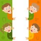 Miúdos de St Patrick s & sinal vazio Fotos de Stock Royalty Free