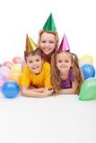 Miúdos do aniversário ou do partido com sua matriz fotografia de stock royalty free