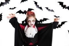 Miúdos do Dia das Bruxas O menino assustador com um traje do Dia das Bruxas de um vampiro Dracula, apronta-se para o partido do D fotografia de stock