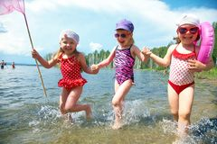 Miúdos do divertimento na praia Imagem de Stock Royalty Free
