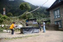 Miúdos do Nepali que jogam o pong do sibilo (tênis de tabela) Fotografia de Stock Royalty Free
