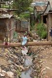 Miúdos e água de esgoto, Kibera Kenya Imagem de Stock Royalty Free