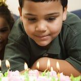 Miúdos e bolo de aniversário. Fotografia de Stock Royalty Free