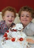 Miúdos e bolo de aniversário Imagem de Stock Royalty Free