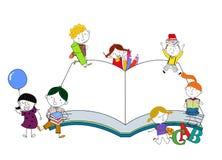 Miúdos e livro Fotografia de Stock Royalty Free