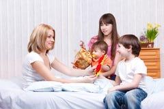 Miúdos e mum Foto de Stock Royalty Free