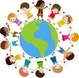 Miúdos e terra felizes Imagem de Stock