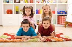 Miúdos em seu quarto Imagens de Stock