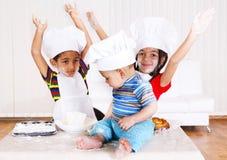 Miúdos em trajes do cozinheiro Imagens de Stock Royalty Free
