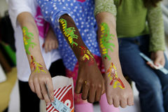 Miúdos em um carnaval fotografia de stock